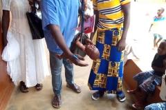 Biankouri, szpitalik diecezjalny prowadzony przez siostry, ważenie dziecka